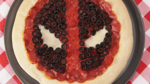 Vamers - Geekosphere - Food - Forget Chimichangas, Here's Hot to Make a Deadpool Themed Pizza - 01